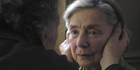Vi ser baksiden av skulderen, samt øret og litt av kinnet til en eldre mann. Han har ryggen vendt mot kameraet, og vi ser ham kun fra skulderen og opp. Han en hånd på hver side av hodet til en eldre kvinne, som vi kun ser fra halsen og opp. Hun har grått hår til skuldrene trukket bak øret. Hun ser på mannen, som også ser på henne. Hun har blå øyne, og fra venstre side i bildet treffer dagslys hennes høyre kinn. I bakgrunnen kan vi såvidt skimte en gråbrun vegg.