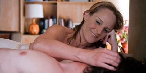 Vi ser skuespiller Helen Hunt som figuren Cheryl Cohen-Greene stryke sin høyre hånd på ansiktet til skuespiller John Hawkes, som spiller Mark O'Brien. Cheryls høyre arm hviler på brystkassen til Mark, som vi ser i profil fra ribbeina og opp. Hennes hånd dekker ansiktet hans, og vi ser bare halsen og det mørke, krøllete håret hans svært tett til kamera. Han ligger, mens hun hviler hodet sitt på sin venstre hånd, som hun støtter opp med sin albue. un har blondt hår samlet bak hodet, med noe av det fallende forover over ahlsen hennes. Hun er sminket, og vi kan se tennene hennes idet hun smiler bredt. Hun titter kjærlig ned på Mark. Begge er tilsynelatende nakne fra livet og opp: Hun har på seg et hvitt skjørt, men albuen og hånden er stil slik at overkroppen er tildekket. I bakgrunnen ser vi en teak-hylle med store hyller fylt med bøker og en lampe med rund, stor oransje fot og hvit skjerm. Dagslyset strømmer inn fra høyre i bildet, og lyset treffer en bukett med roser som er i bakgrunnen til høyre for Cheryl.