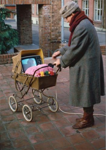 Morten Børresen og videoinstallasjonen «Video Baby» fra 1982. Fotografiet er digitalisert av Nasjonalmuseet for kunst, arkitektur og design.